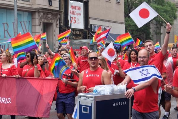 今や、あらゆる企業が参加するNYのゲイ・プライド・パレード_b0007805_7261027.jpg