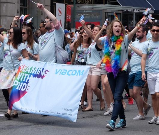 今や、あらゆる企業が参加するNYのゲイ・プライド・パレード_b0007805_7262892.jpg
