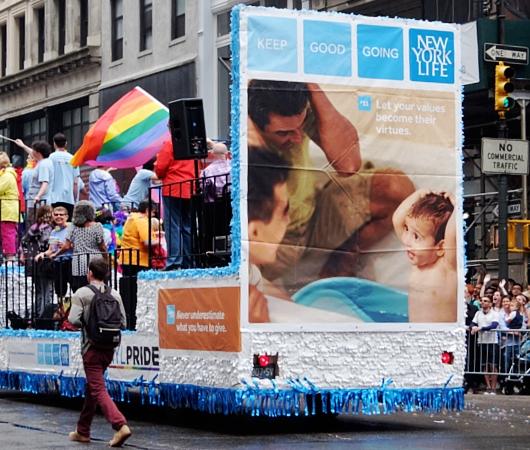 今や、あらゆる企業が参加するNYのゲイ・プライド・パレード_b0007805_7271510.jpg