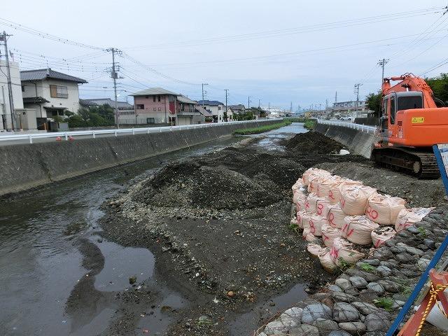 ボランティアの草刈りでは対応不可 上流から流れ込む小潤井川の土砂堆積_f0141310_7532081.jpg