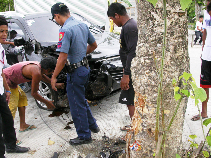 Hit the tree 50m away from our home! Be careful for newly licensed drivers in the Philippines!_e0202828_17474623.jpg