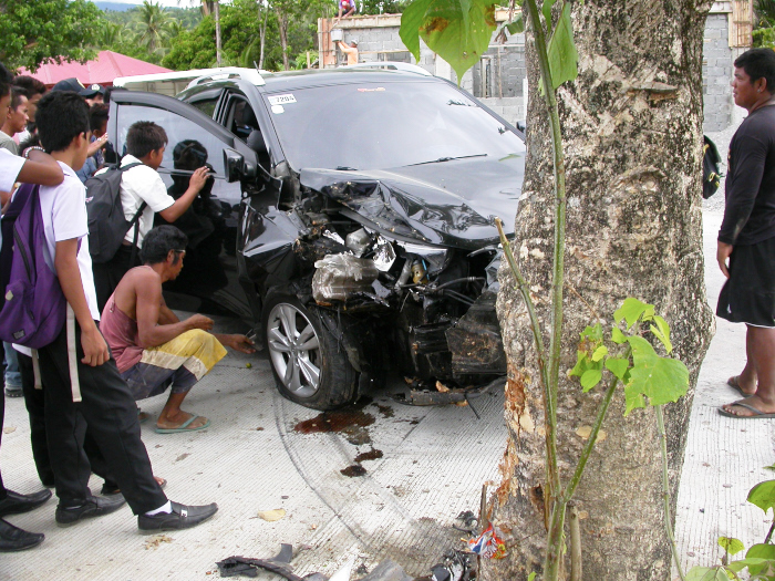 Hit the tree 50m away from our home! Be careful for newly licensed drivers in the Philippines!_e0202828_17484925.jpg