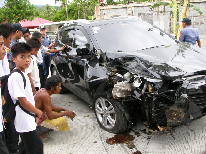 Hit the tree 50m away from our home! Be careful for newly licensed drivers in the Philippines!_e0202828_17490963.jpg