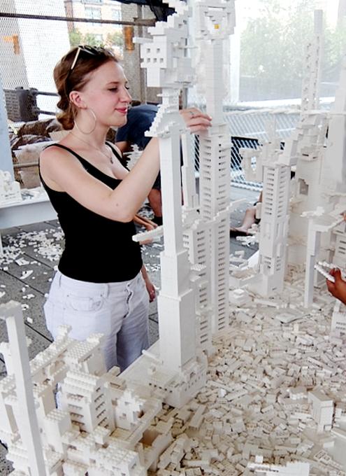 NYの空中公園に、レゴ・ブロックで自由に遊べるユニークな空間アート出現中 The collectivity project_b0007805_22143956.jpg