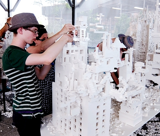 NYの空中公園に、レゴ・ブロックで自由に遊べるユニークな空間アート出現中 The collectivity project_b0007805_22184351.jpg