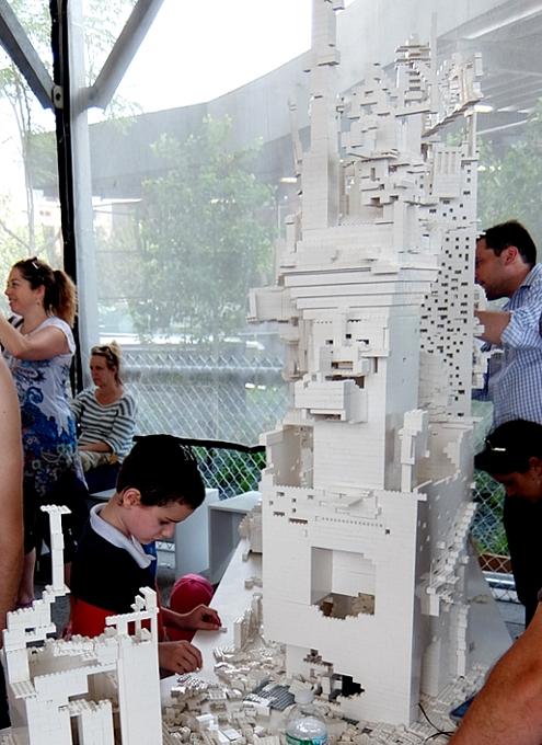 NYの空中公園に、レゴ・ブロックで自由に遊べるユニークな空間アート出現中 The collectivity project_b0007805_23114331.jpg