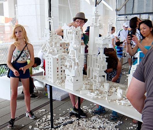 NYの空中公園に、レゴ・ブロックで自由に遊べるユニークな空間アート出現中 The collectivity project_b0007805_23131992.jpg