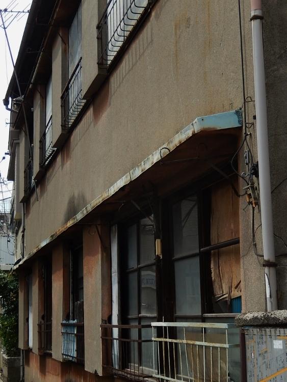 アパート窓_c0156717_10063979.jpg