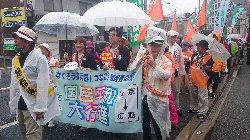 雨の平和行進…「戦争法案いらんいらん!」「憲法9条ええやないか!」_c0133422_2103525.jpg