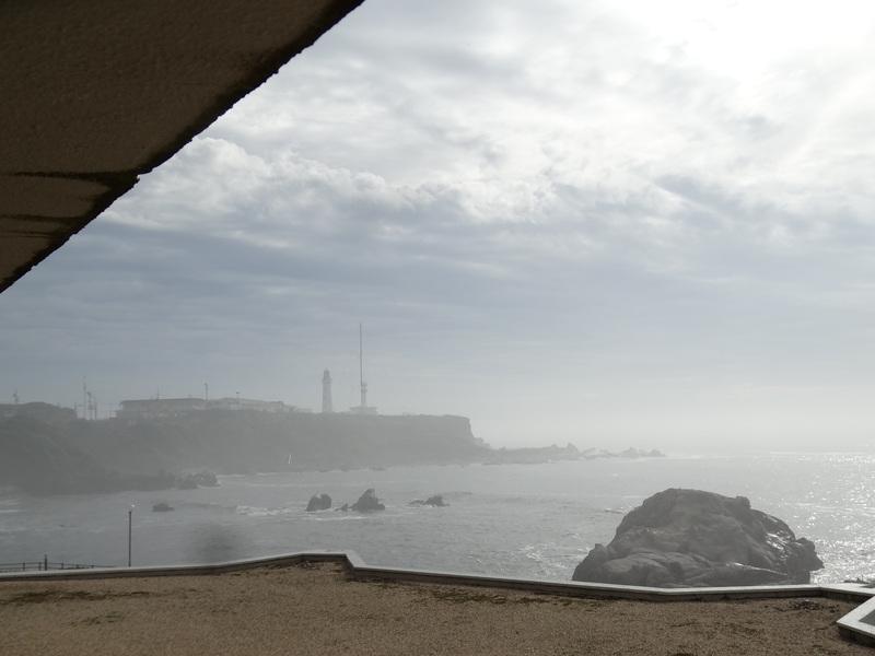 水平線に昇る日の出は見られませんでしたが、犬吠崎の温泉宿の部屋から犬吠崎の灯台を望みました。_c0225997_1831966.jpg