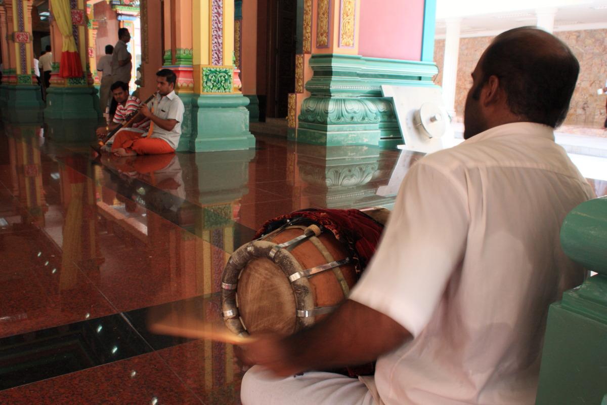 クアラルンプール  ヒンドゥー寺院「スリ・マハ・マリアマン」の楽師_b0061717_0371383.jpg
