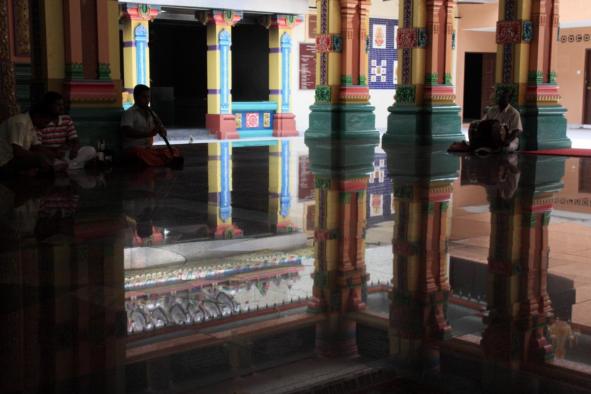 クアラルンプール  ヒンドゥー寺院「スリ・マハ・マリアマン」の楽師_b0061717_037663.jpg