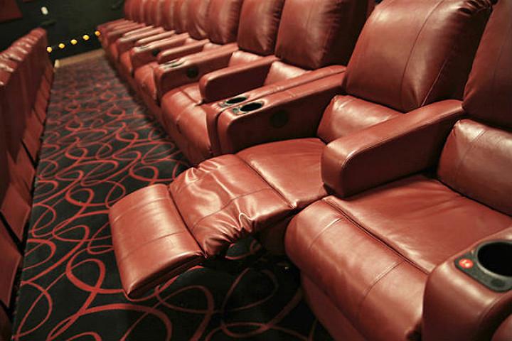 映画館の席が、いつの間にかこんなにゴージャスに・・・_d0240098_09140273.jpg