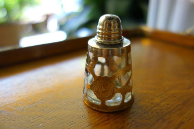 シルバー透かし彫りケース入りの塩入れ_f0112550_04563530.jpg