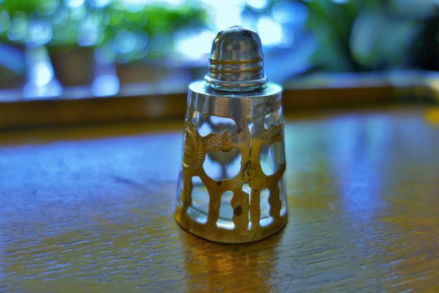 シルバー透かし彫りケース入りの塩入れ_f0112550_04563648.jpg