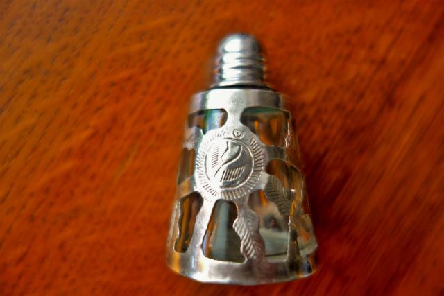 シルバー透かし彫りケース入りの塩入れ_f0112550_04563672.jpg