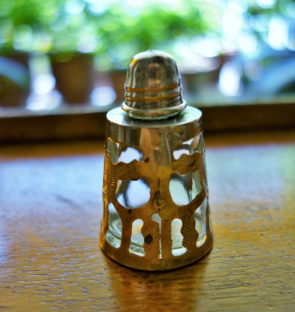 シルバー透かし彫りケース入りの塩入れ_f0112550_04563690.jpg