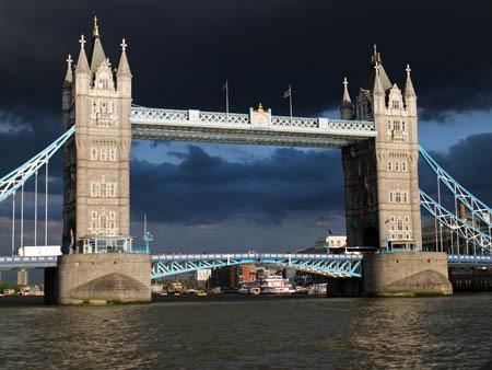 タワーブリッジと黒雲と夕陽_b0199526_19203684.jpg