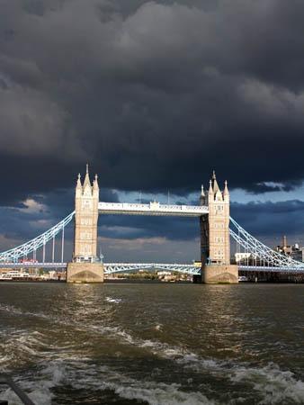 タワーブリッジと黒雲と夕陽_b0199526_19455496.jpg