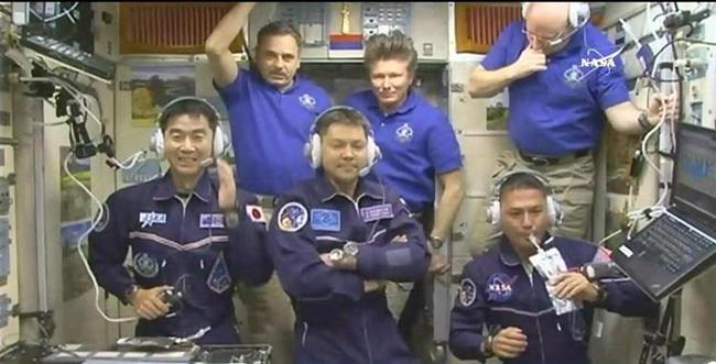 ーー油井さ~ん!ISS,到着!おめでとうさん!ーーハハハーー。_d0060693_17375573.jpg