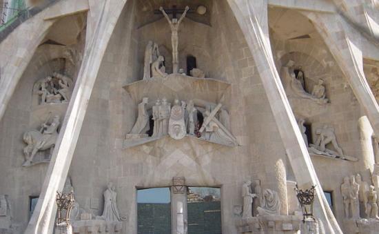 天才ガウディが美しい建築様式と彫刻、装飾を集約させた教会でバッハを感ずる_a0113718_11141433.jpg