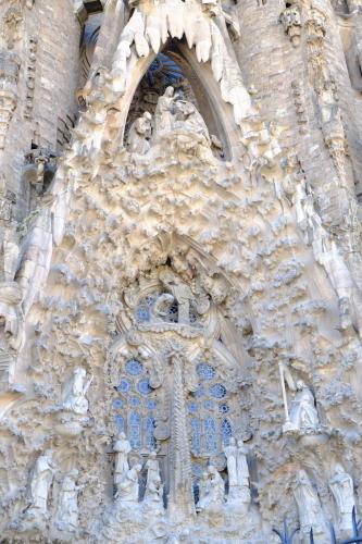天才ガウディが美しい建築様式と彫刻、装飾を集約させた教会でバッハを感ずる_a0113718_11170282.jpg