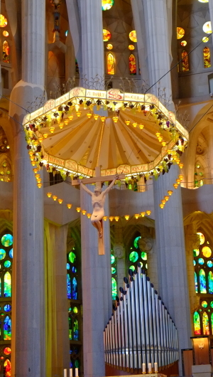 天才ガウディが美しい建築様式と彫刻、装飾を集約させた教会でバッハを感ずる_a0113718_11270457.jpg