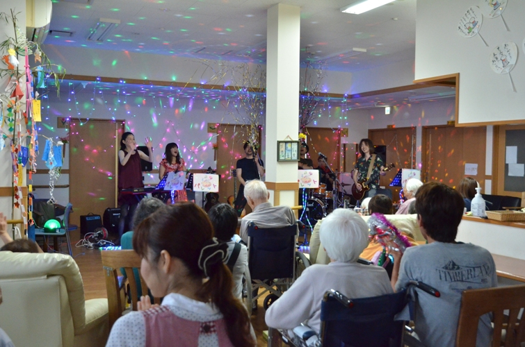 7月11日、キラキラ七夕コンサート@グループホーム「おもやい」_e0188087_15145720.jpg