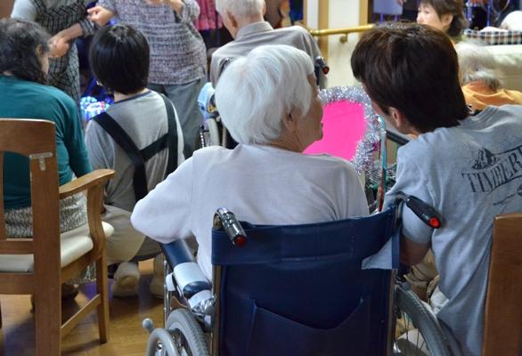 7月11日、キラキラ七夕コンサート@グループホーム「おもやい」_e0188087_16464144.jpg