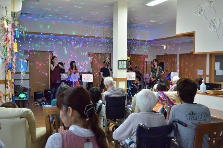 7月11日、キラキラ七夕コンサート@グループホーム「おもやい」_e0188087_1649699.jpg