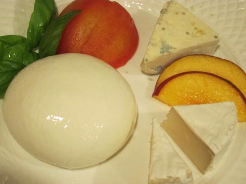 週末の夕食は、とろなまモッツァレラと、ワインと夏野菜_d0240098_04302125.jpg
