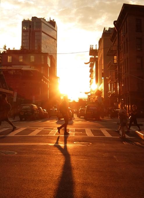 夏のニューヨークの心に残るワンシーンの1つ、ビルの谷間に沈みゆく夕日・・・_b0007805_10114291.jpg