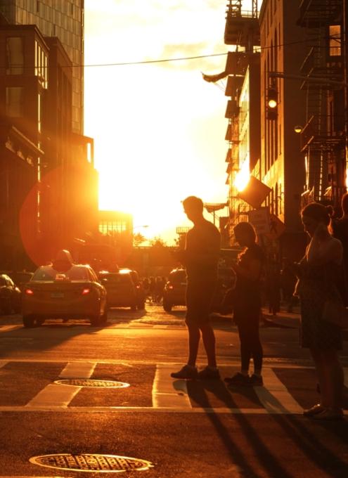 夏のニューヨークの心に残るワンシーンの1つ、ビルの谷間に沈みゆく夕日・・・_b0007805_10155952.jpg