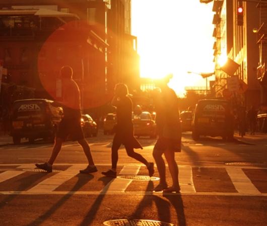 夏のニューヨークの心に残るワンシーンの1つ、ビルの谷間に沈みゆく夕日・・・_b0007805_10563644.jpg