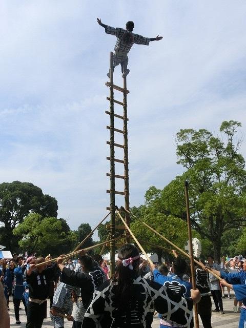 初めて近くで観戦! 「富士まつり」オープニングで気合が入った鳶の皆さんの「はしご乗り」_f0141310_7571252.jpg