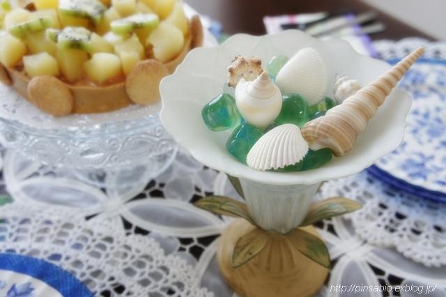 テーブルフラワー代わりにガラス細工とビー玉&貝がらで涼しげな食卓を演出!