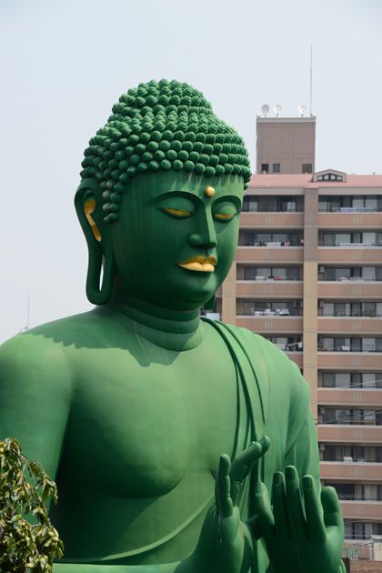 名古屋の珍スポット!全長15mの緑色の巨大大仏!名古屋大仏_e0171573_2045127.jpg