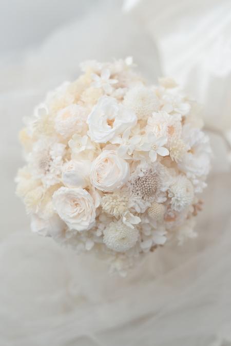 プリザーブドフラワーの白のブーケ 1+1さんのドレスに_a0042928_1122732.jpg