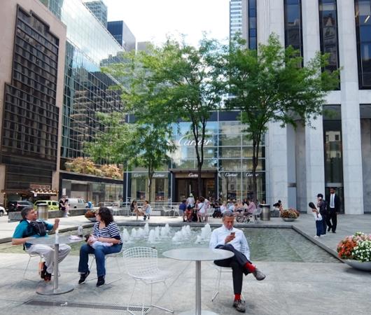 アップル・ストアNY5番街店周辺の噴水広場の様子_b0007805_23143018.jpg