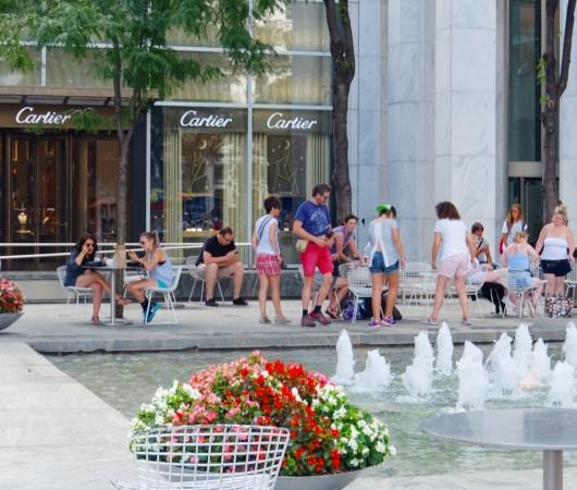 アップル・ストアNY5番街店周辺の噴水広場の様子_b0007805_23152577.jpg