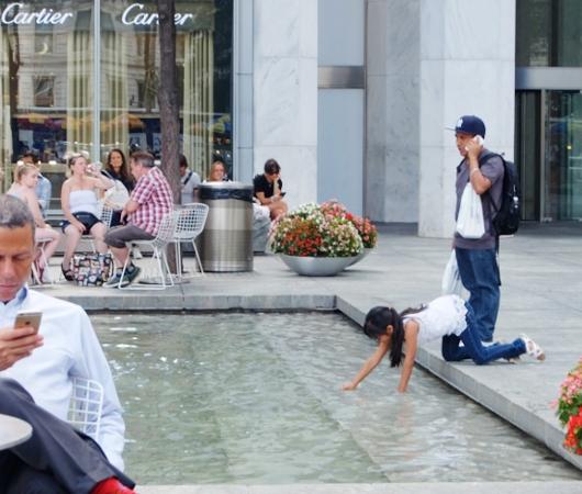 アップル・ストアNY5番街店周辺の噴水広場の様子_b0007805_23153946.jpg