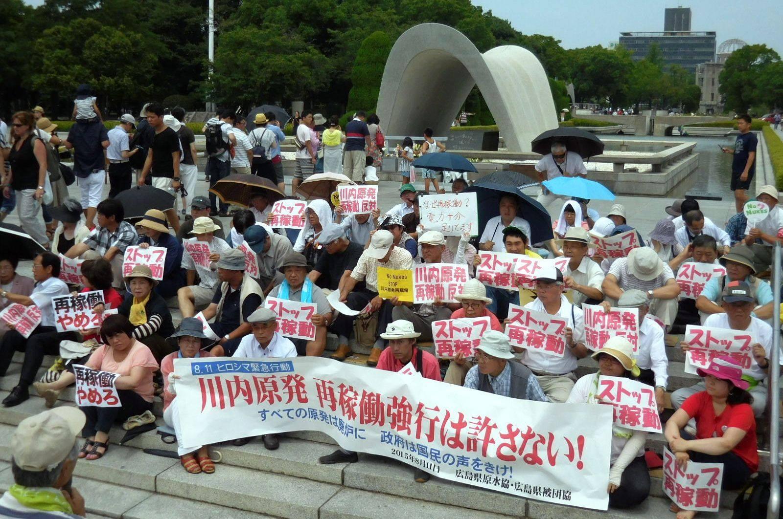 原水協と被団協は川内原発一号機の再稼働に抗議し、原爆慰霊碑前で座り込み_e0094315_20041582.jpg