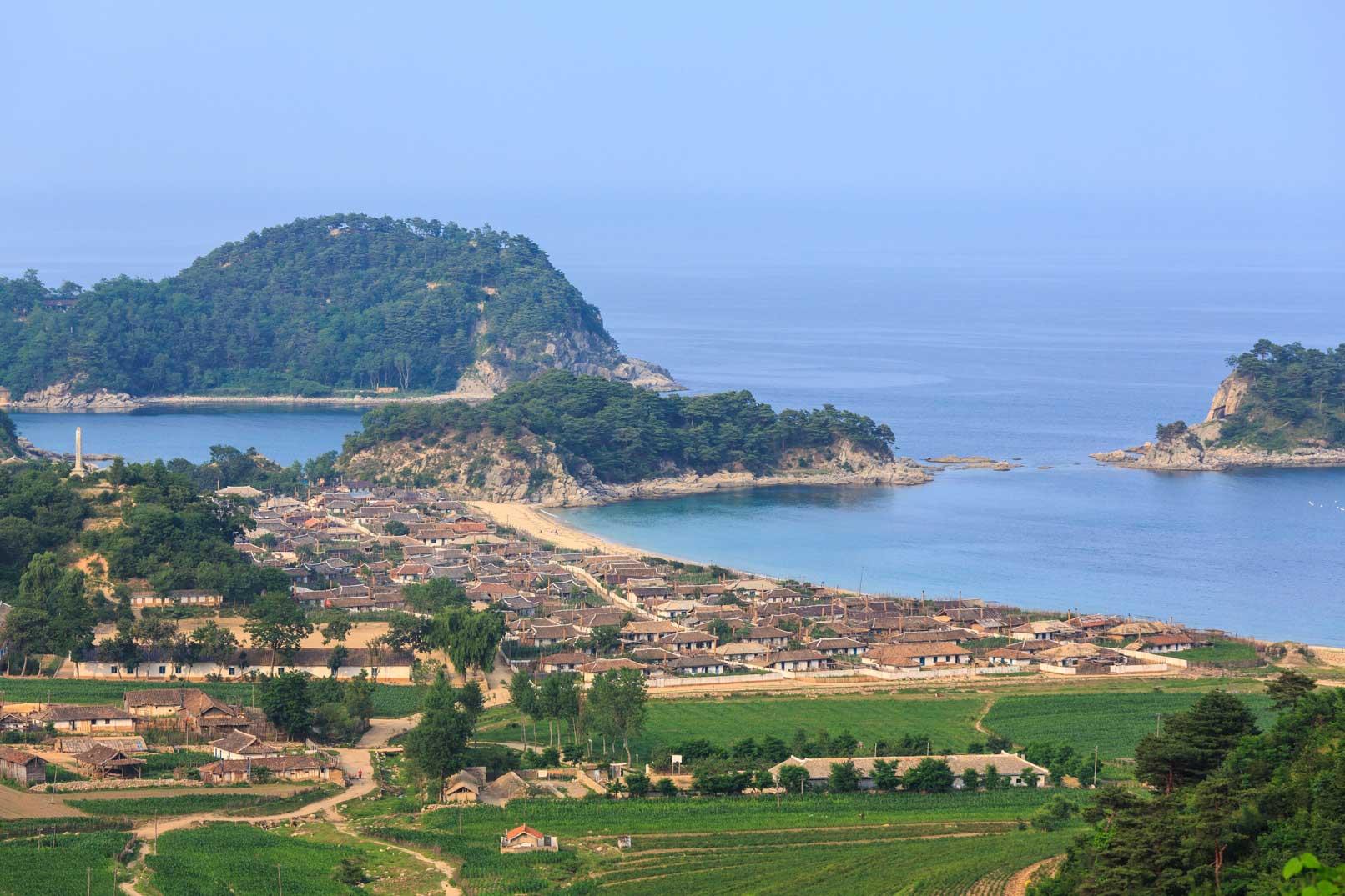 ようやく撮らせてくれた朝鮮の漁村の遠景ショット_b0235153_17551767.jpg