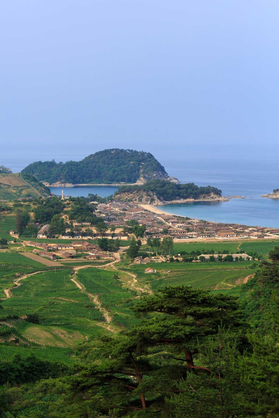 ようやく撮らせてくれた朝鮮の漁村の遠景ショット_b0235153_1755435.jpg