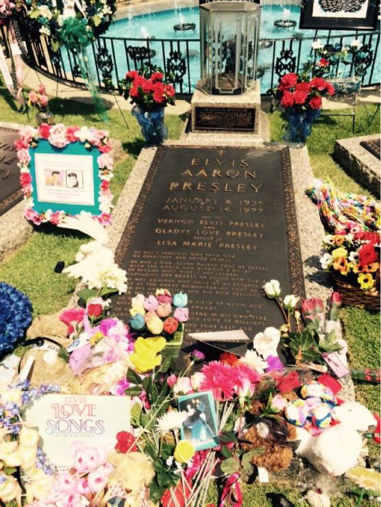 Elvisさんのお墓に_f0223622_12040698.jpg