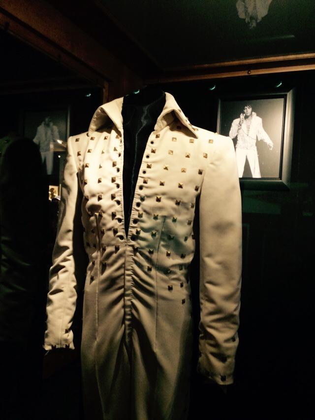 Elvisさんのお墓に_f0223622_12040957.jpg