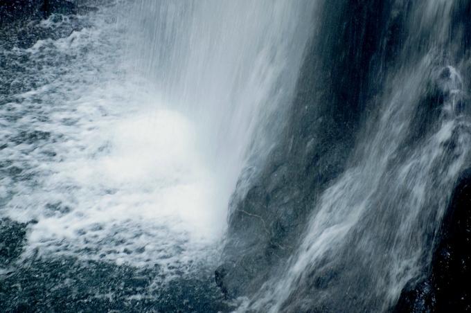 2日の続編で 「お墓参り」/地元愛川町「塩川滝の散策」/「娘夫婦からのお土産品」他。_b0033423_23303779.jpg