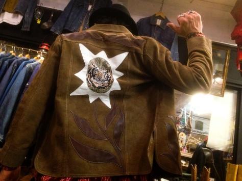 レザージャケットを着る店長_a0108963_18465908.jpg