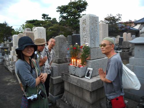 ガセネタの山崎春美さんと音楽研究家の渡辺未帆さんが大里俊晴氏と間章の墓参りにやってきた_d0178825_1125397.jpg