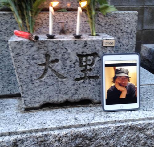 ガセネタの山崎春美さんと音楽研究家の渡辺未帆さんが大里俊晴氏と間章の墓参りにやってきた_d0178825_11273099.jpg